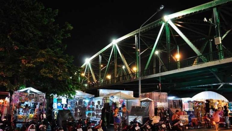 แหล่งช้อปปิ้งยามค่ำคืน ตลาดสะพานพุทธ