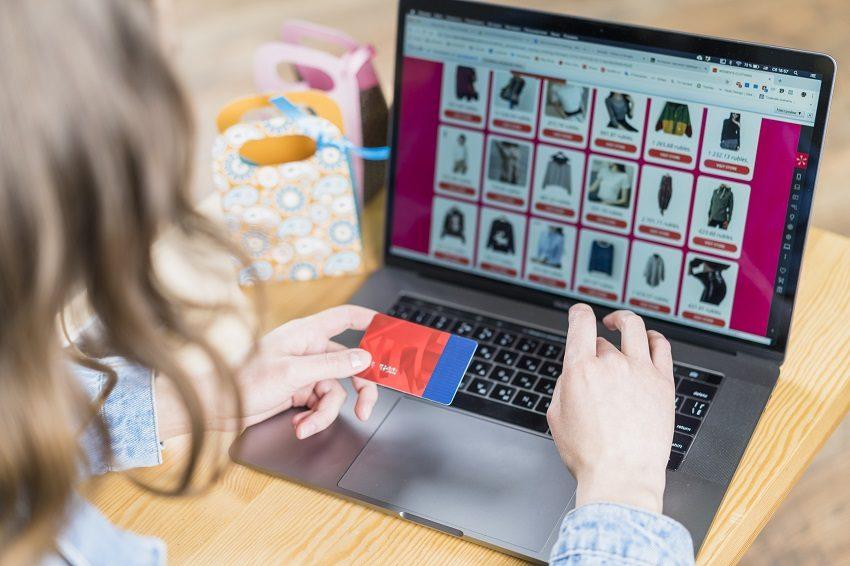 การซื้อเสื้อผ้าจากโลกออนไลน์